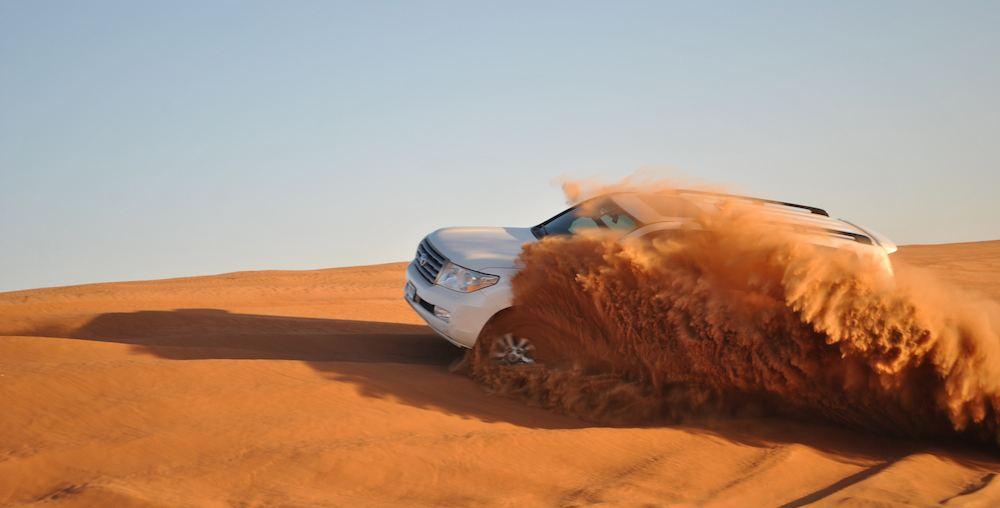 迪拜 在迪拜城郊,你可以四驱越野汽车在沙漠地带来一次一骑绝尘的冲